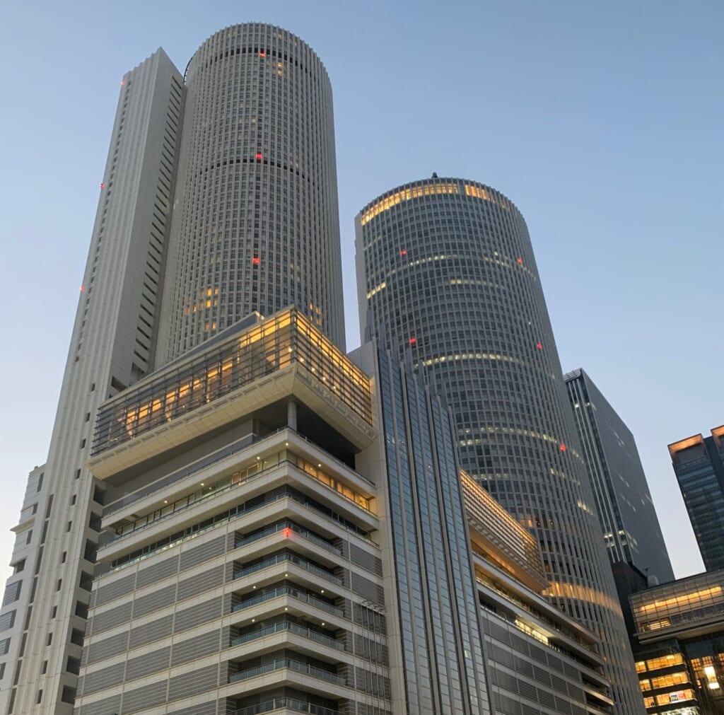 Nagoya JR Central Towers au crépuscule