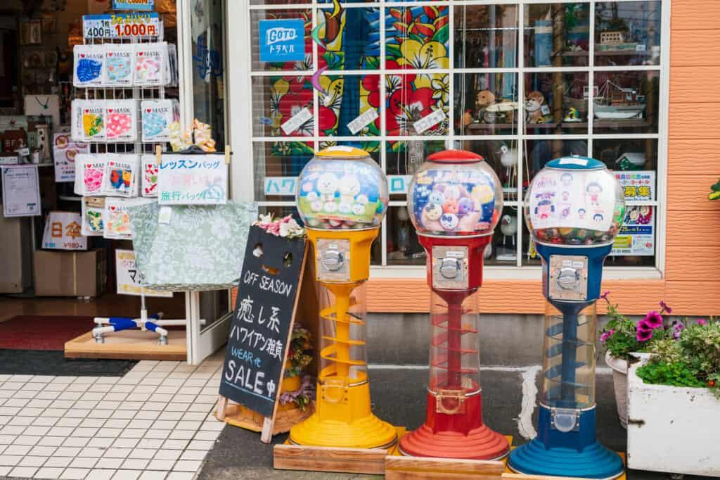 Distributeurs de bonbons dans une rue au Japon