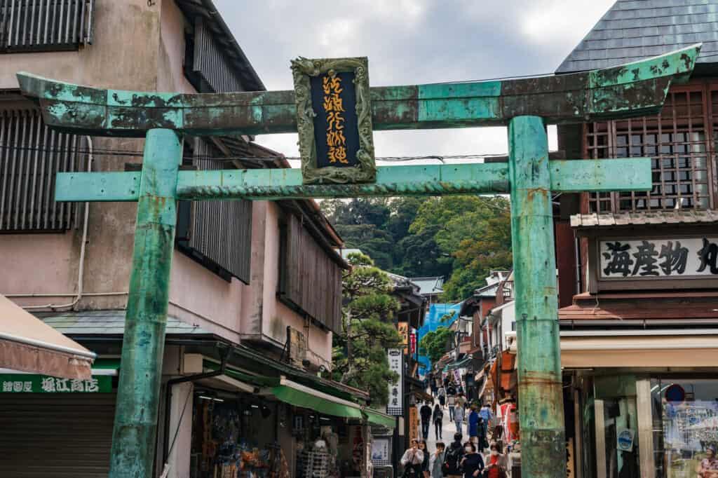 Torii en bronze à l'entrée de Nakamise Street, la rue commerçante d'Enoshima