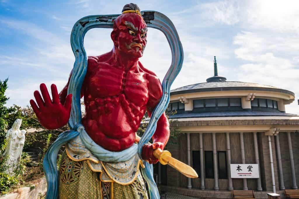 statue d'une divinité japonaise à l'entrée d'un temple