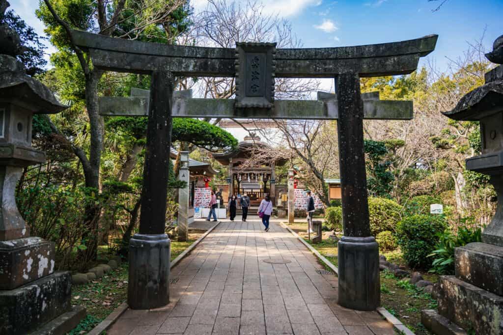 torii à l'entrée du sanctuaire d'Okutsumiya à Enoshima