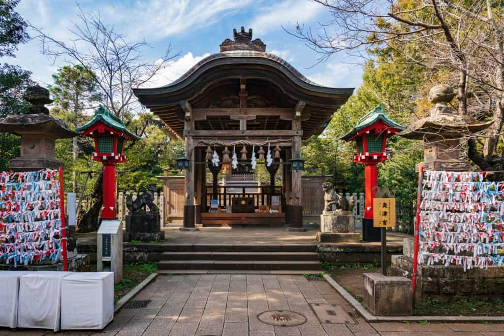 le sanctuaire d'Okutsumiya, l'un des trois sanctuaires d'Enoshima