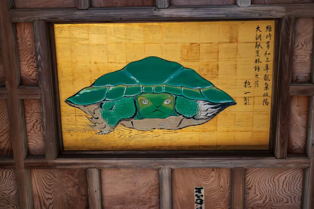peinture d'une tortue au plafond d'un sanctuaire japonais