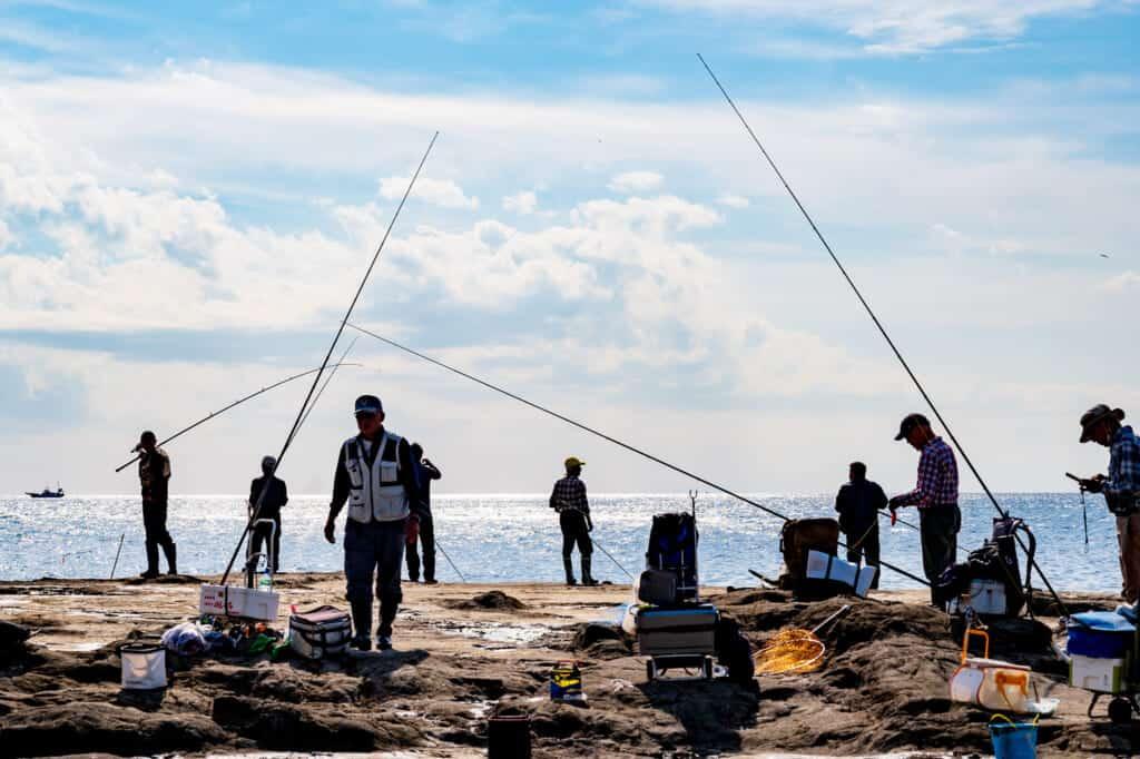 des pe^cheurs sur les côtes de l'île d'Enoshima
