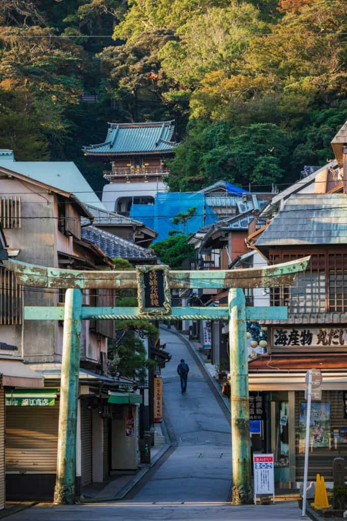 la rue commerçante d'Enoshima déserte au petit matin