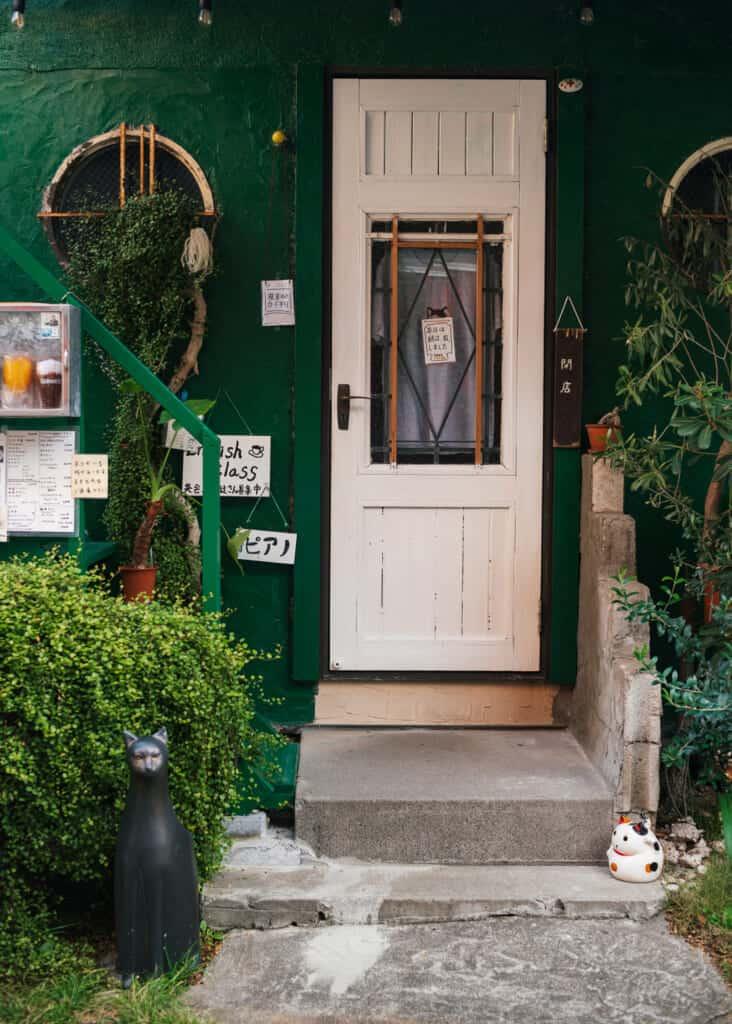 l'entrée d'une maison dans le vieux quartier d'Enoshima