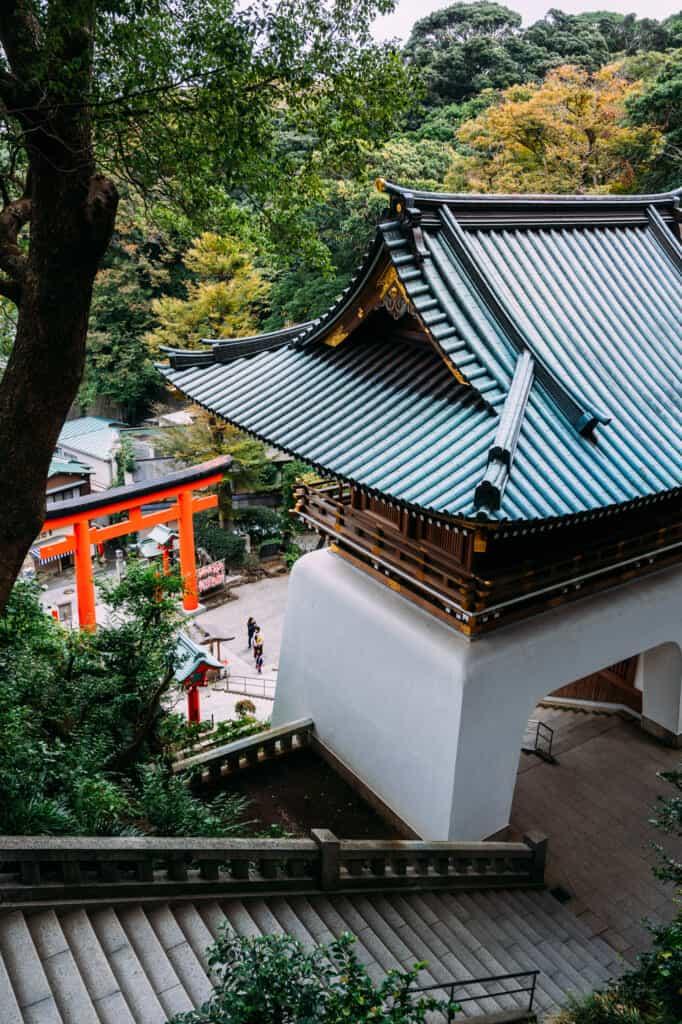 En haut des escaliers qui mènent au sanctuaire Hetsumiya