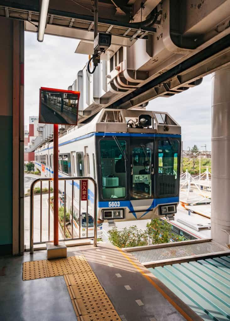 le shonan monorail, un train japonais suspendu aux rails