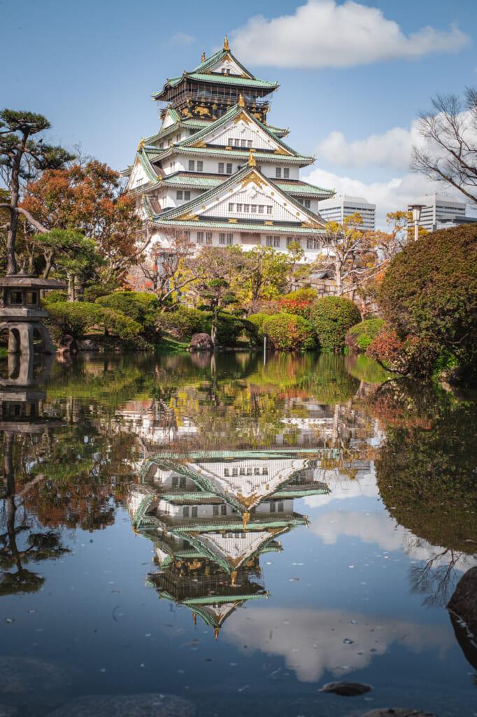 Reflet du château d'Osaka au jardin Nishinomaru