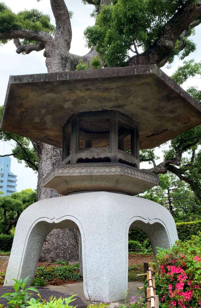 une lanterne en pierres dans le jardin de Sorakuen