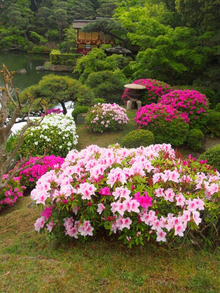 un funayakata dans un jardin japonais