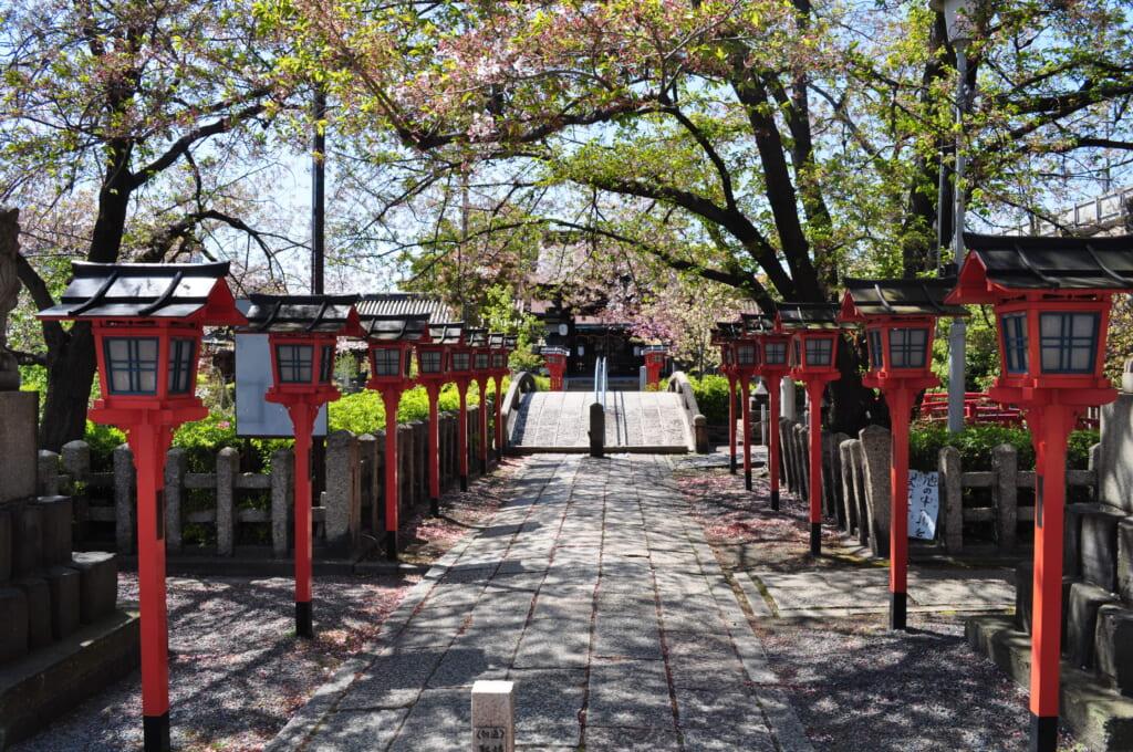 Le rokusonno et ses lanternes entourées de sakura