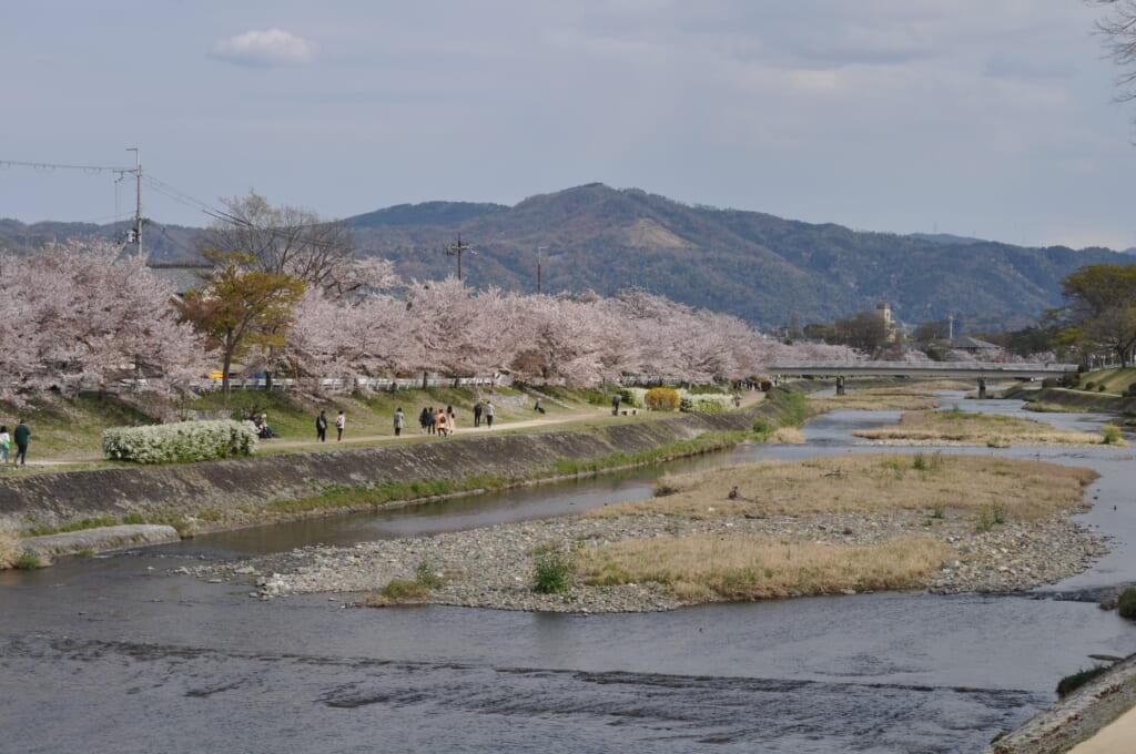 La rivière Kamo s'étend sur plusieurs kilomètres au loin sous l'œil attentif du daimonji-yama