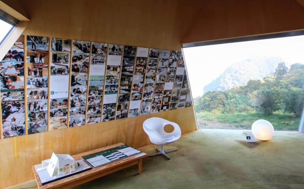 collage de photos sur les murs d'un musée d'architecture