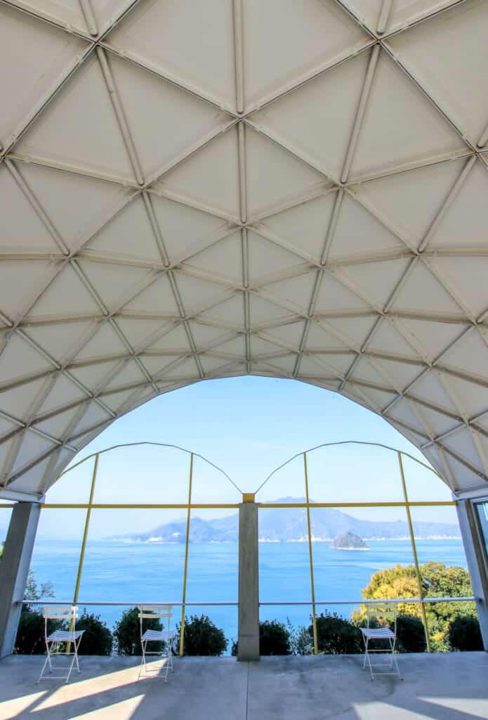 Vue sur les îles de Setouchi depuis la Silver Hut du musée d'architecture Toyo Ito