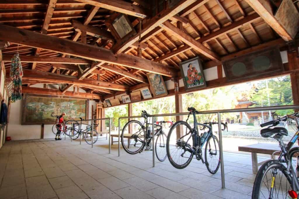 Vélos à l'entrée du sanctuaire d'Oyamazumi