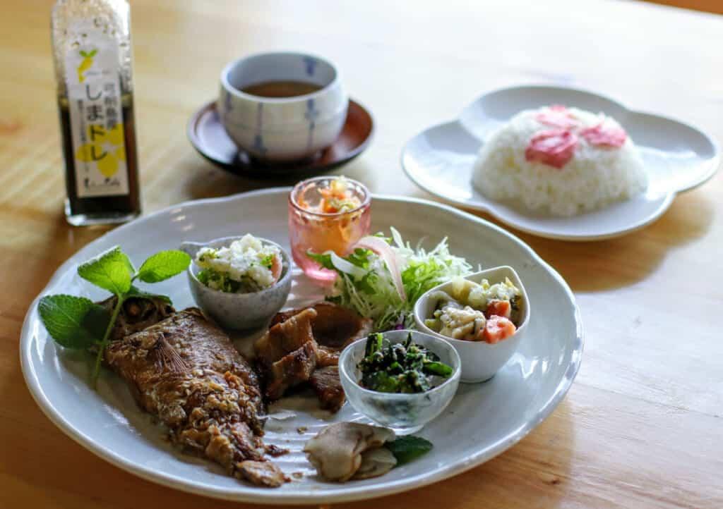 repas au shimade cafe, sur l'île de yuge
