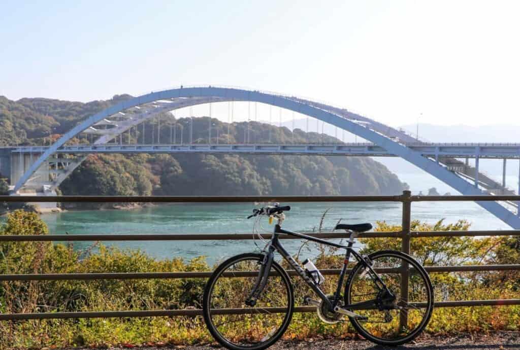 Un vélo devant le pont d'Omishima, sur l'île d'Omishima