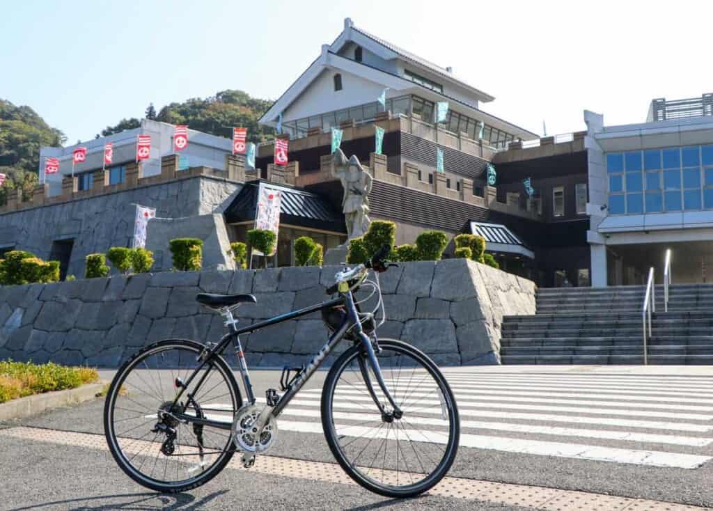Vélo devant un musée le long de la shimanami kaido