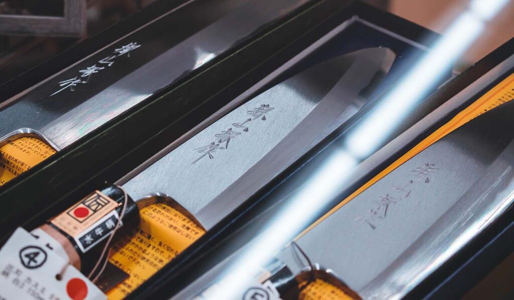 Couteaux traditionnels japonais en vitrine à Sakai