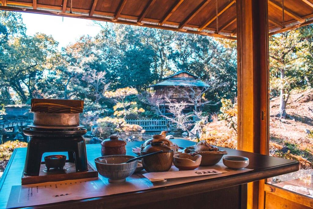 Repas traditionnel japonais avec vue sur jardin