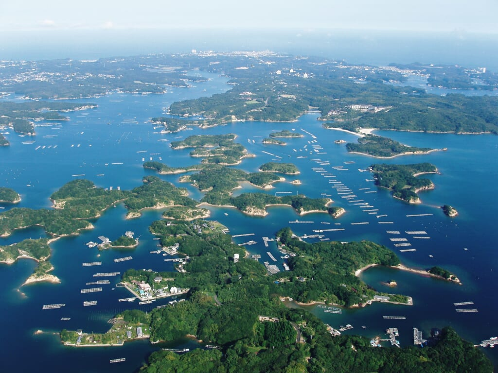 vue aérienne de la baie d'Ago à Ise, Japon