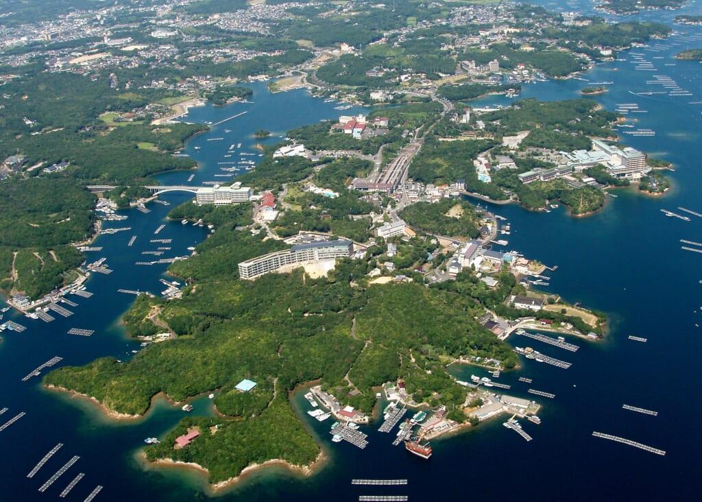 Vue aérienne de l'île de Kashikojima dans la baie d'Ago au Japon