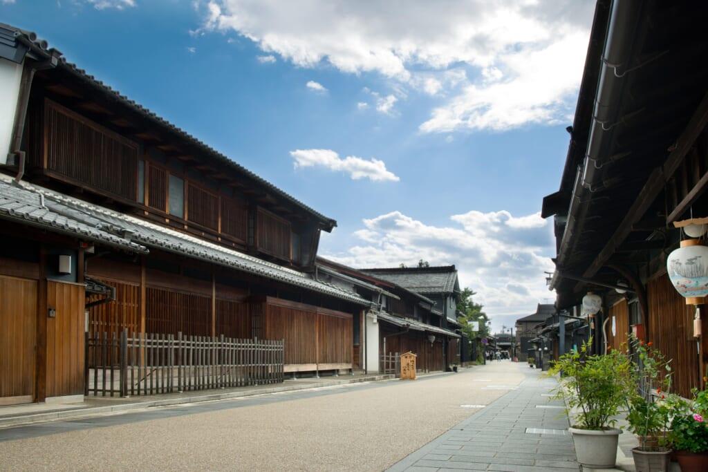 Kawaramachi à Gifu : une rue bordée de maisons traditionnelles japonaises en bois