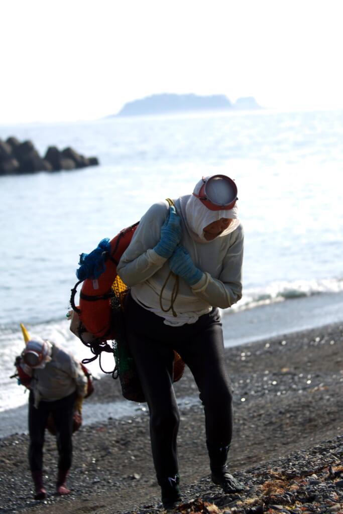 Des pêcheuses japonaises ama de retour de pêche