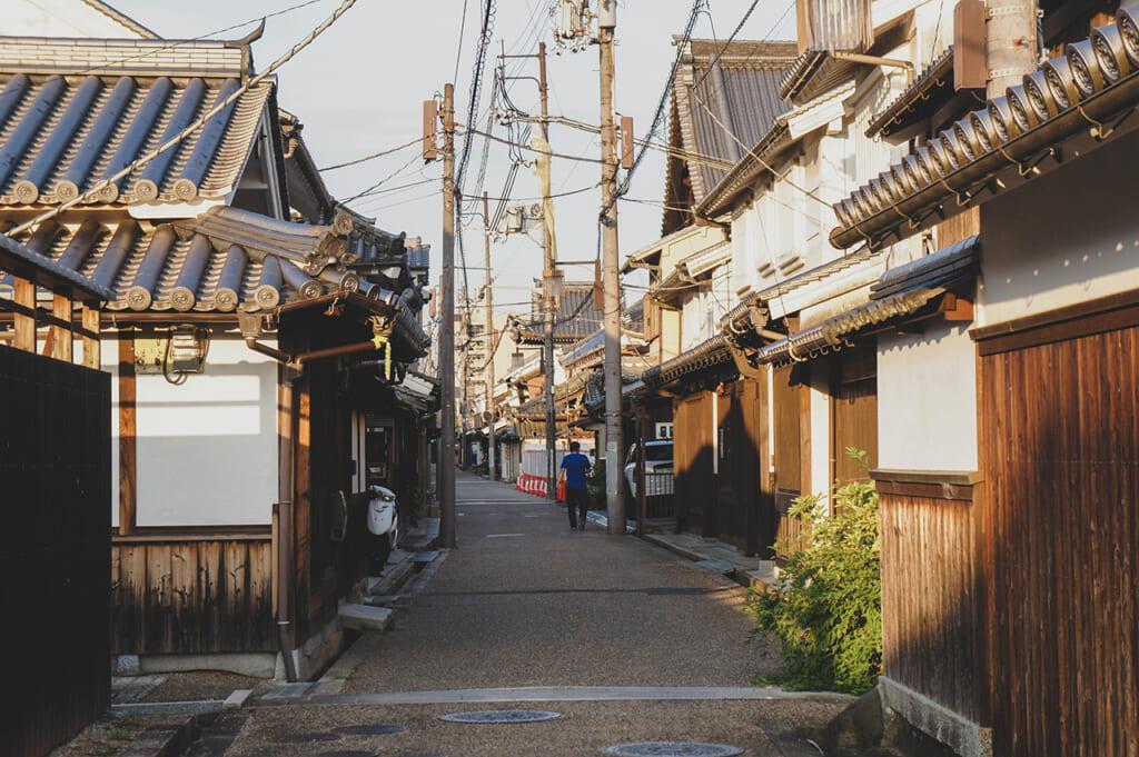 Les ruelles étroites bordées de maisons traditionnelles japonaises à Imaicho, Kashihara, Nara