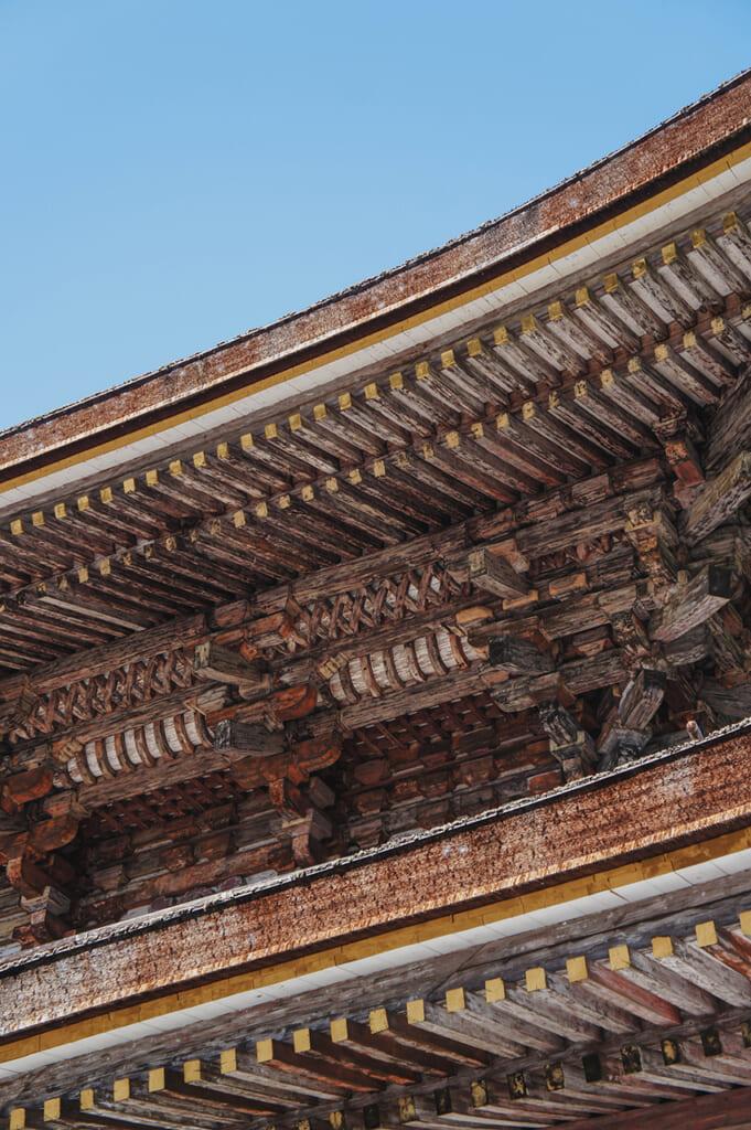 Détail de l'architecture en bois du toit du temple Kinpusen-ji à Yoshino