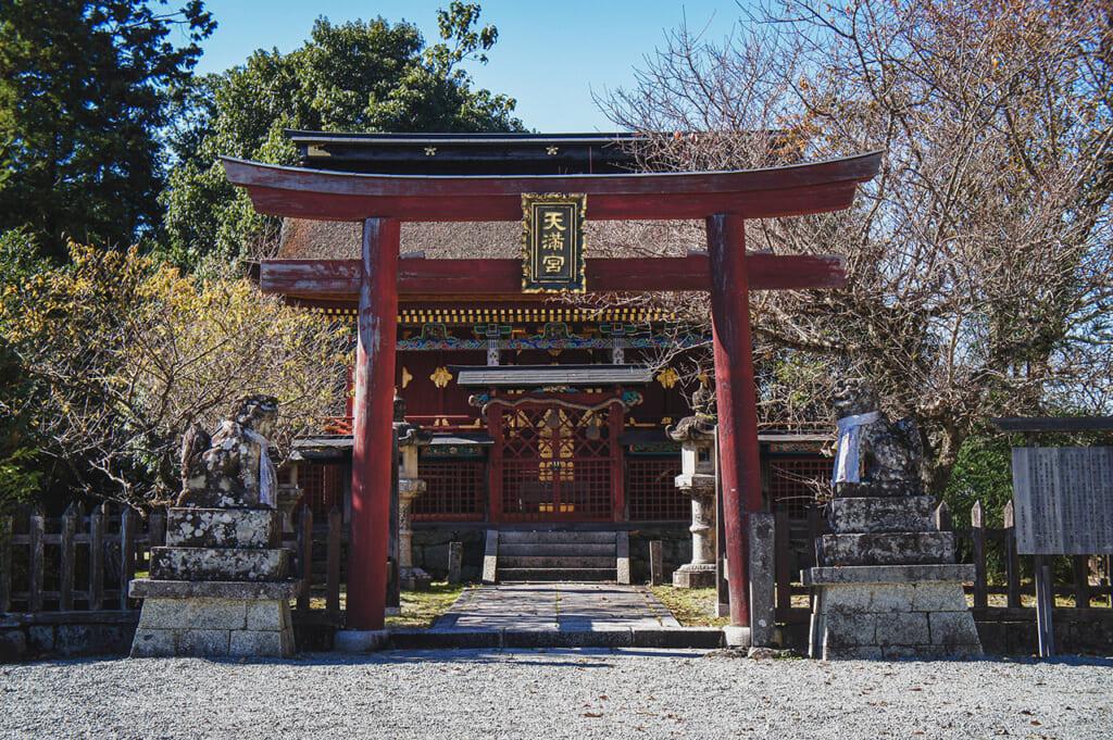 Entrée d'un sanctuaire shinto sur le mont Yoshino, gardée par un torii et des komainu
