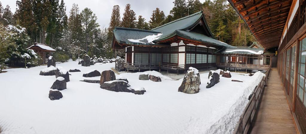 Vue panoramique du jardin sec du temple Kongobu-ji recouvert de neige