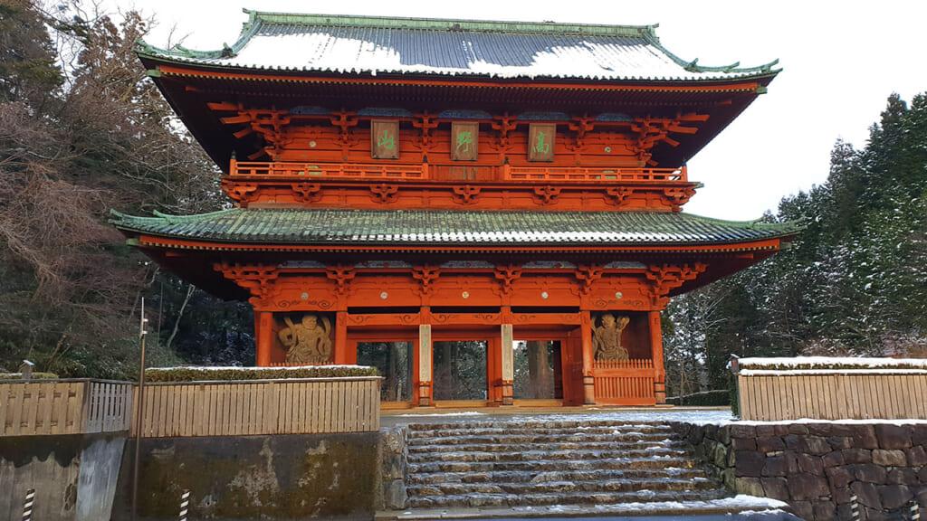 La grande porte Daimon de Koysan, un bâtiment de bois à deux étages peint en vermillon.