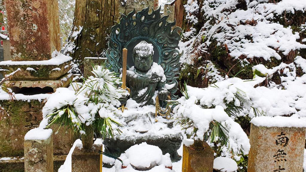 Statue de la divinité bousshiste Fudo Myoo sous la neige
