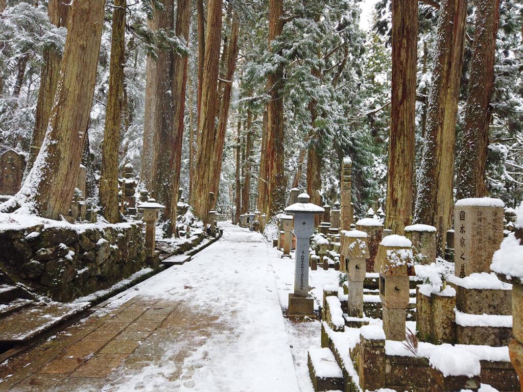 Le cimetière Okuno in de Koyasan sous la neige