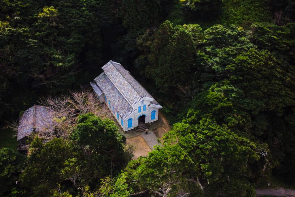 L'église Egami à Naru vue d'en haut grâce à un drone