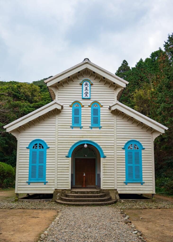 Façade de l'église Egami à Naru, en bois blanc et bleu
