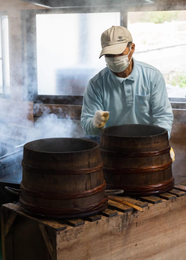Les graines de camélia doivent être séchées avant d'en extraire l'huile