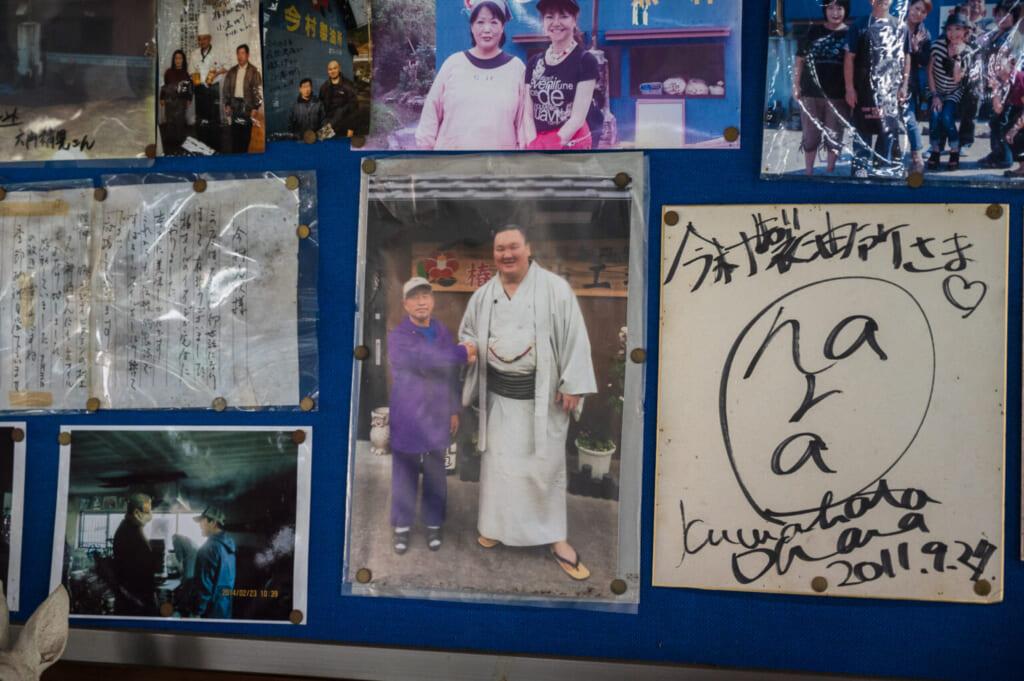 Photographie du lutteur de sumo Hakuho chez des producteurs d'huile de camélia japonais