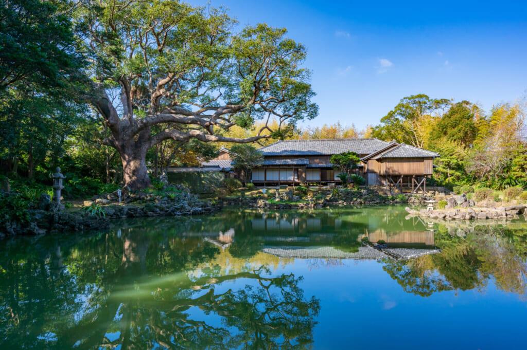 Le jardin japonais de la résidence Gotoshi et son étang