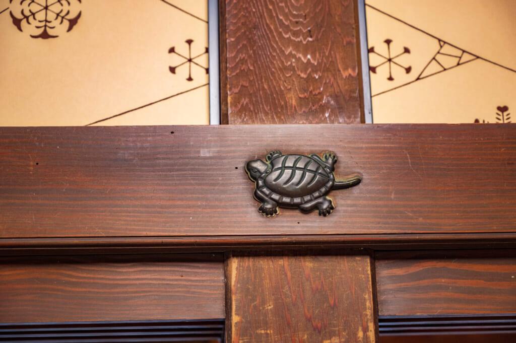 Détail architectural d'une résidence de samouraï, représentant une tortue
