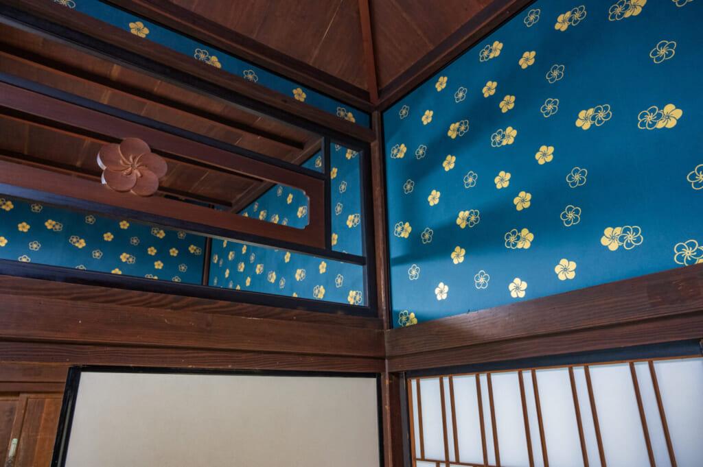 Papier peint fleuri bleu et jaune dans une résidence de samouraï