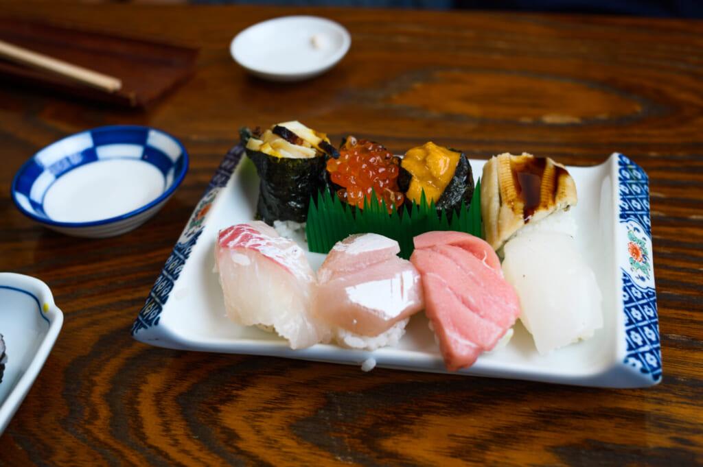 sashimi poisson frais dans un restaurant japonais