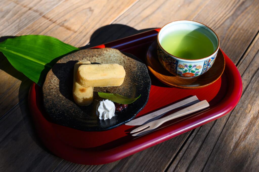 Pâtisserie japonaise kankoro mochi, servie avec un thé vert