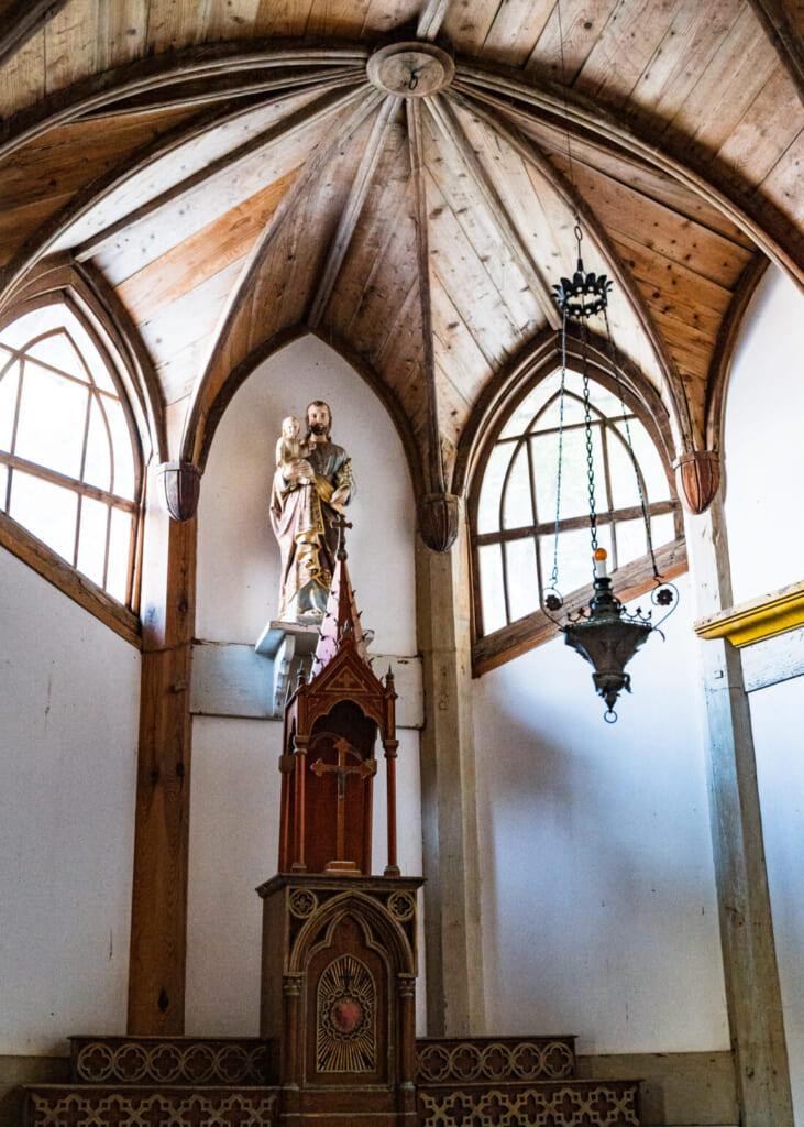 Statue religieuse sous une voûte de bois dans l'église chrétienne japonaise de Gorin
