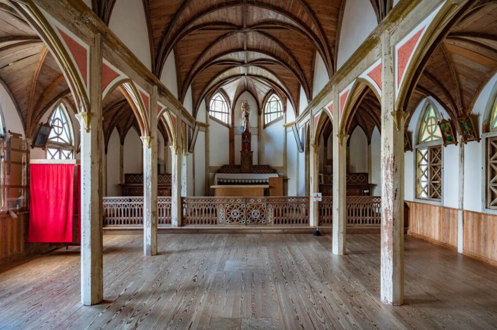 l'intérieur de l'église de Gorin : parquet et colonnades de bois soutenant des voutes en plein cintre