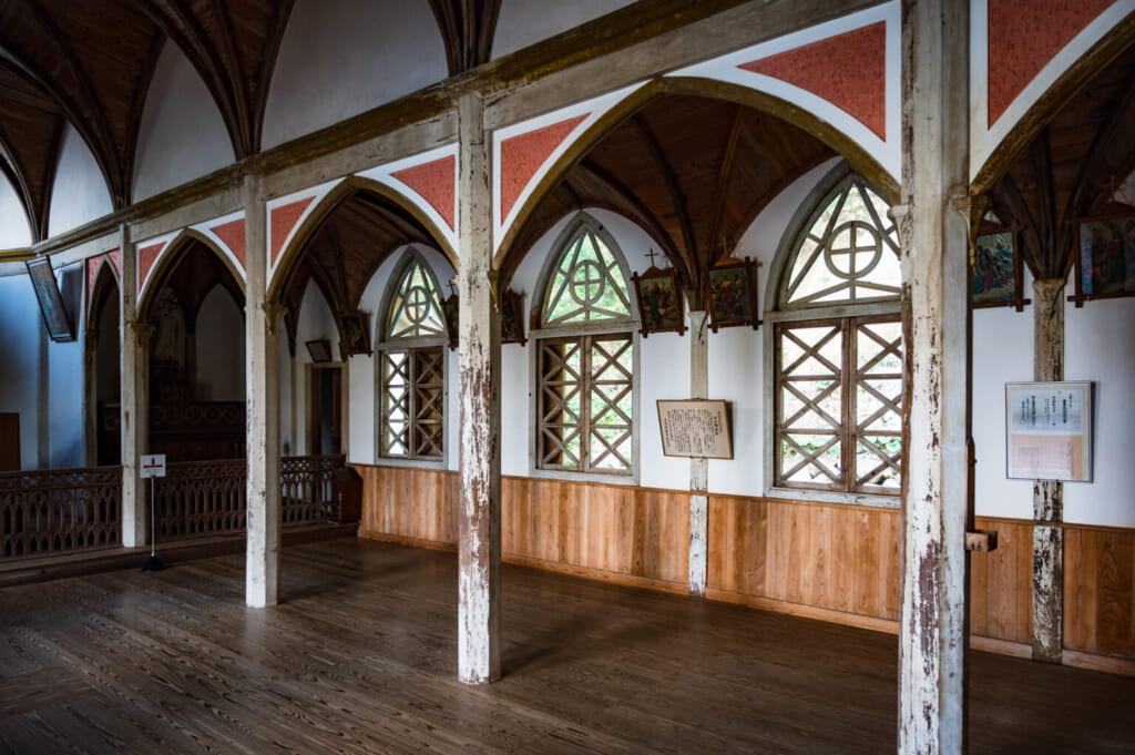 L'intérieur de l'église de Gorin : détail des colonnades et des vitraux