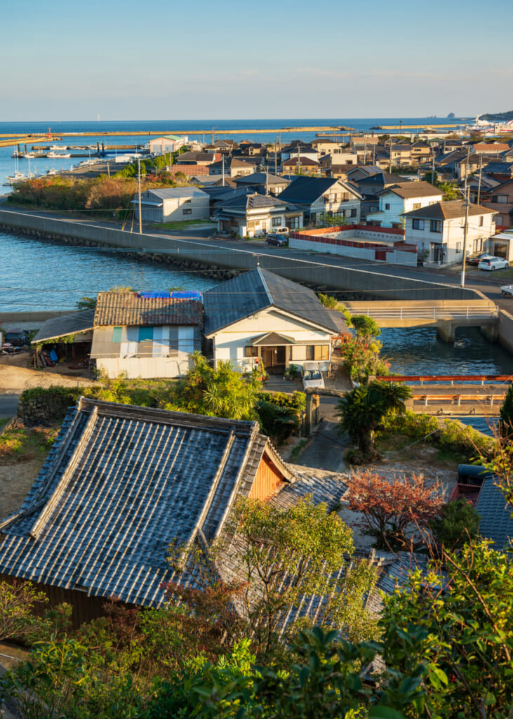 Vue sur le temple bouddhiste et le quartier où il se trouve sur l'île de Fukue