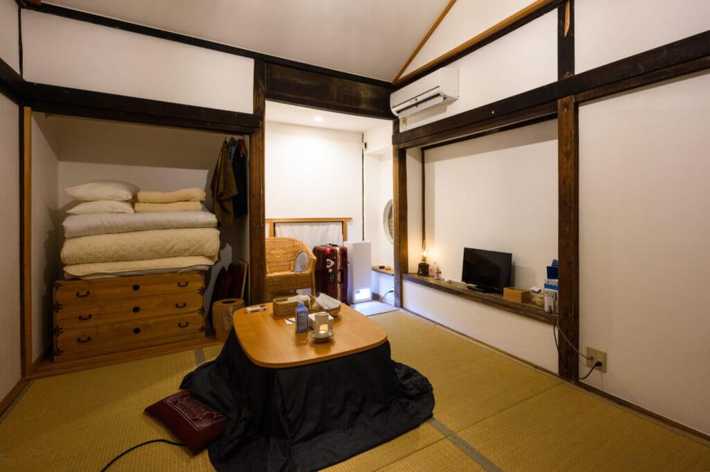 Pièce japonaise traditionnelle équipée d'un kotatsu